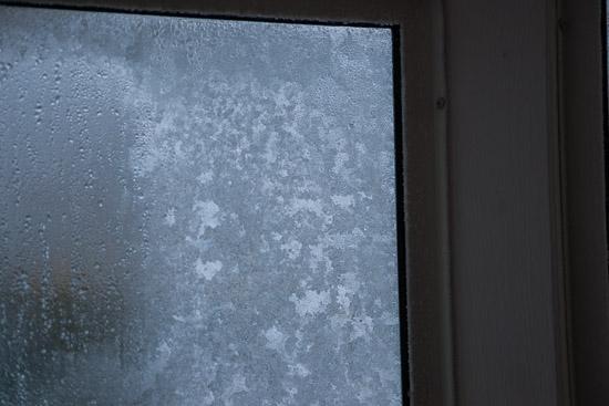 Frost på insidan av fönstren