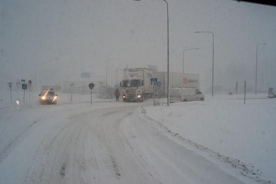 Långtradare som kört fast i snön