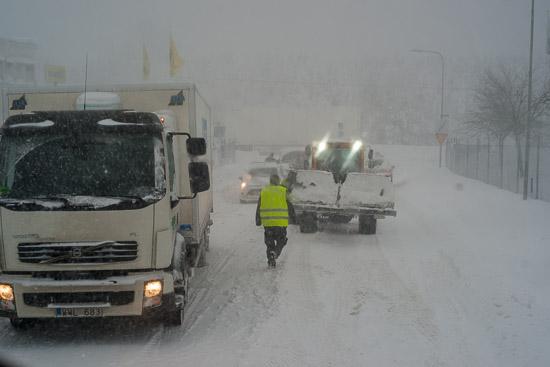 En mindre lastbil fastnar i backen