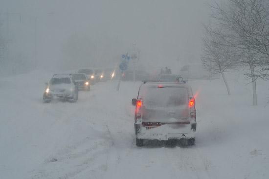 Personbilarna fastnade också i snön