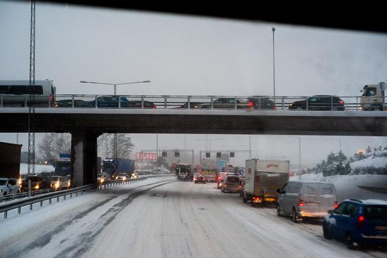 En avstängd motorväg skapar lite köer