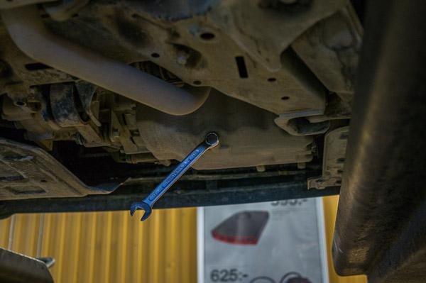 Oljepluggen lossar du med en 17 mm fast nyckel