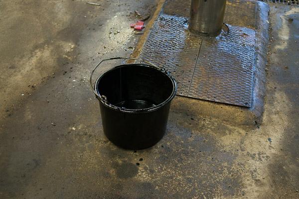 Fånga upp den gamla olja i en lämplig behållare