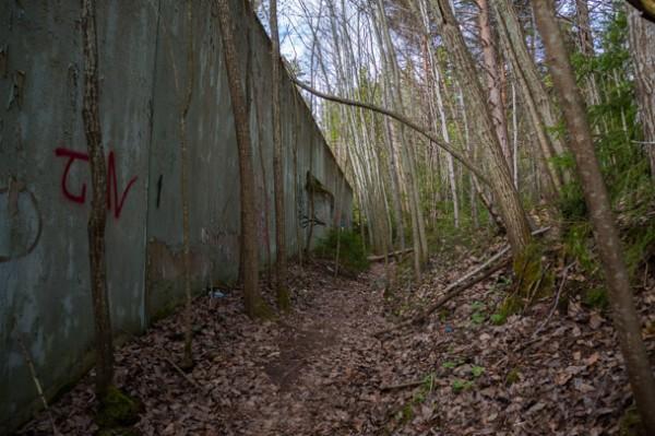 En hög mur omgärdar rastgården på Säters fasta paviljong