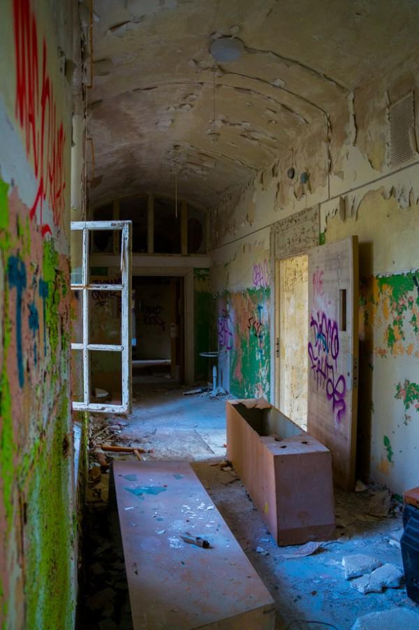 En lång korridor sträcker sig genom hela byggnaden med rum på bägge sidor