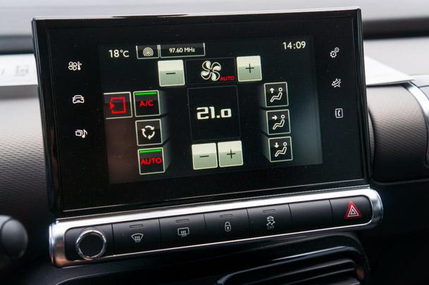 Touchdisplayen ersätter traditionella knappar och vred