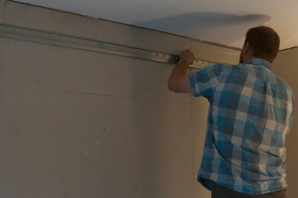 Sätta upp väggskenorna från IKEA