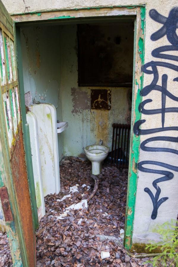 Toalett i anslutning till de bägge rastgårdarna