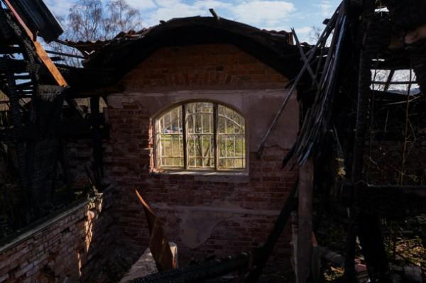 Övervåningen är delvis förstörd efter en brand 2002
