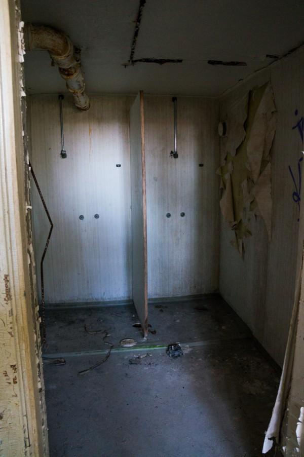 Personalens duschrum i källaren