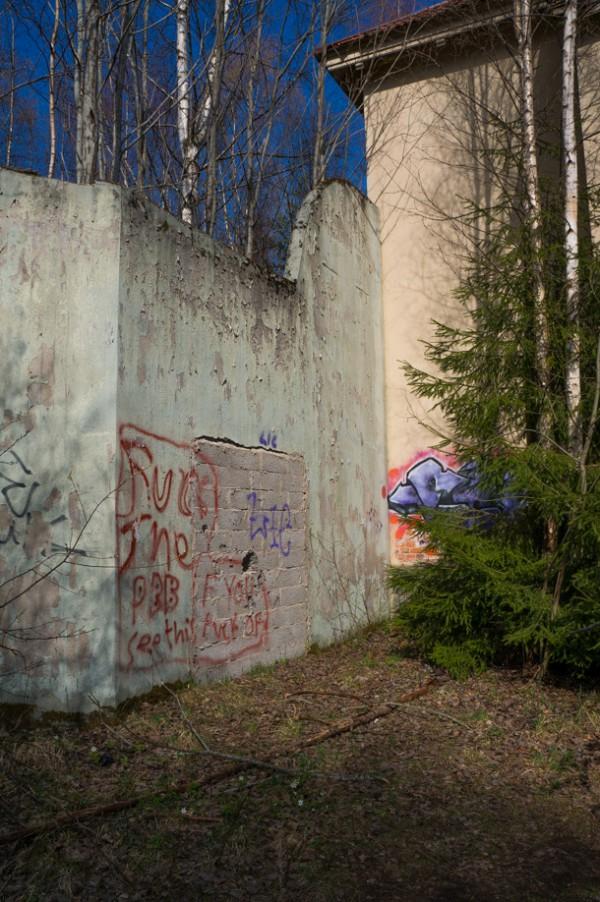 En hög mur omgärdar rastgården på baksidan