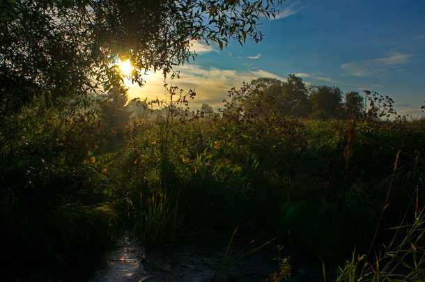 Vacker soluppgång bakom Ullunda vad