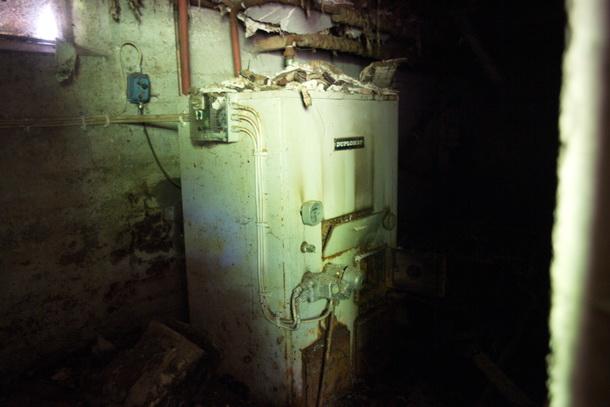 Nere i källaren står den gamla pannan